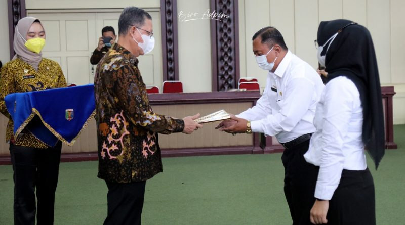 Sekretaris daerah provinsi Lampung Fahrizal Darminto memberikan SK PPPK